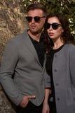 Mode regardant les lunettes de soleil de port de couples Images libres de droits