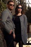 Mode regardant les lunettes de soleil de port de couples Photo stock