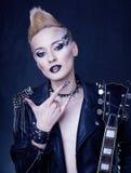Mode-Rocker-Art-Modell Girl Portrait frisur Punkfrauen-Make-up, Frisur und schwarze Nägel Rauchige Augen Stockbild