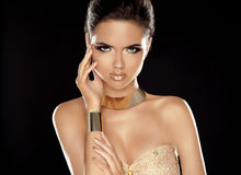 Mode-Schönheits-Mädchen mit goldenem Schmuck Hübsches Mädchen in der roten Wäsche - Eleganz Zauber-La Lizenzfreies Stockfoto