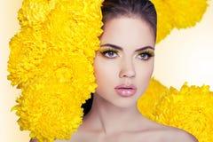 Mode-Schönheits-Modell Girl mit dem Blumen-Haar Make-up und Haar-St. Stockfoto