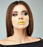 Mode-Schönheits-Porträt der jungen Frau auf Gray Background Stockbilder