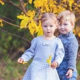 Mode scherzt im Freien an der Herbstsaison Hat Datum Lizenzfreies Stockbild