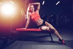 Mode de forme physique sur le régime avec le long gymnase femelle de jambes Photos stock