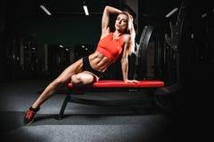 Mode de forme physique sur le régime avec le long gymnase femelle de jambes Photographie stock libre de droits
