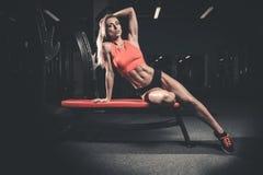 Mode de forme physique sur le régime avec le long gymnase femelle de jambes Photo libre de droits