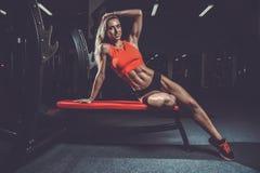 Mode de forme physique sur le régime avec le long gymnase femelle de jambes Image libre de droits