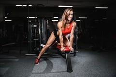 Mode de forme physique sur le régime avec le long gymnase femelle de jambes Image stock
