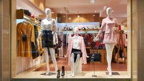 Mode shoppar framdelen för fönsterklädlagret Royaltyfri Fotografi