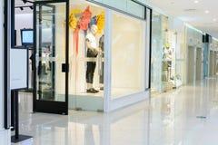 Mode shoppar i shoppinggalleria Fotografering för Bildbyråer