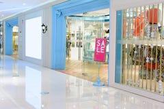 Mode shoppar i shoppinggalleria Arkivbild