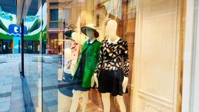 mode shoppar lagerfönstret Arkivfoto