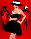 Mode skissar, den attraktiva kvinnan i klänning för tappningstilsvart, och hatten i vår 3d framför digital konststil Royaltyfri Foto