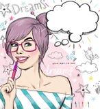 Mode skissar illustrationflickan med pennan i handen med anförandebubblan tät flicka skjuten deltagare upp ungdom Ung student på  Royaltyfria Bilder