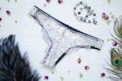 Mode snör åt underkläderna Kvinnor vit och svart sexig behå och panti Royaltyfri Foto