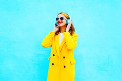 Mode som ler den unga kvinnan, lyssnar till musik i hörlurar Arkivfoto