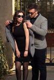 Mode som ser bärande solglasögon för par Arkivfoto