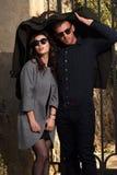 Mode som ser bärande solglasögon för par Fotografering för Bildbyråer