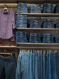 Mode-Speicherjeansabnutzung Hölzernes Regale jeanswear Konzept auf f Lizenzfreies Stockfoto