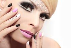 Mode spikar och makeup med bergkristaller royaltyfri fotografi