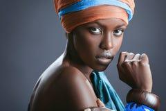 Mode-stående av den härliga svarta kvinnan Arkivbilder