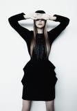 Mode-Supermodel im schwarzen Kleid Lizenzfreies Stockfoto
