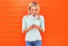 Mode, Technologie und Leutekonzept - hübsches lächelndes Mädchen Lizenzfreie Stockbilder