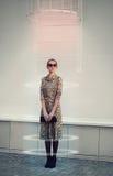 Mode, teknologi, framtid och folkbegrepp - futuristisk kvinna royaltyfria bilder