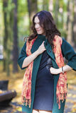 Mode-und Art-Konzept: Porträt des jungen kaukasischen Brunette lizenzfreies stockbild