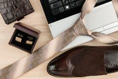 Mode und Geschäft, Notizbuch, Schuhe, Manschettenknöpfe, Bindung auf einem Holztisch als Hintergrund Lizenzfreies Stockfoto