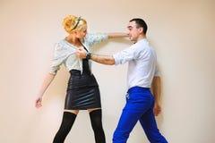 Mode und lustige Freunde, die das Kämpfen simulieren Stockfotos