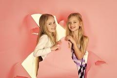 Mode und Schönheit, kleine Prinzessin Freundschaft, Blick, Friseur, heiratend Kindermädchen im Kleid, Familie, Schwestern stockfoto