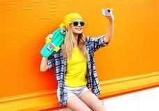 Mode- und Technologiekonzept - stilvolles junges Mädchen lizenzfreie stockfotos