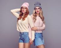 Mode Ung hipsterkvinna Systerbästa vän fotografering för bildbyråer