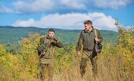 Mode uniforme militaire Amiti? des chasseurs des hommes Qualifications de chasse et ?quipement d'arme Comment chasse de tour dans photographie stock