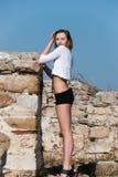 Mode unter alten Ruinen in Avdira Stockbild