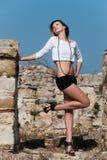 Mode unter alten Ruinen in Avdira Lizenzfreie Stockfotografie