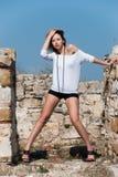 Mode unter alten Ruinen in Avdira Stockfoto