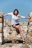 Mode unter alten Ruinen in Avdira Stockfotos