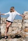 Mode unter alten Ruinen in Avdira Lizenzfreie Stockbilder
