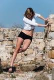 Mode unter alten Ruinen in Avdira Stockfotografie