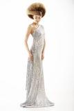 Mode utformar Moderiktig kvinna i silkeslen klänning för silver och idérik frisyr Arkivfoto