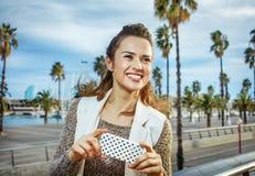 Mode-vendeur à la mode de sourire sms d'écriture à Barcelone, Espagne Photographie stock