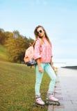 Mode-, ytterlighet-, ungdom- och folkbegrepp - nätt stilfull flicka Arkivbilder