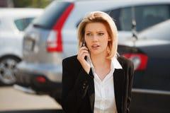 Modeaffärskvinna som kallar på mobiltelefonen Arkivfoton