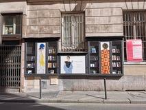 Modeaffischer längs gatan av Paris arkivfoto