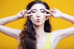 Modeasiatung flicka Stående på guling Royaltyfri Fotografi