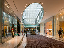Modeaveny i den Dubai gallerian Royaltyfri Foto