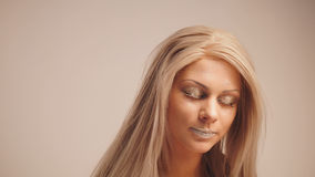 Modebühne hinter dem vorhang - blondes Modell, das für Fotografen im Studio aufwirft - Freudengefühl Lizenzfreies Stockbild