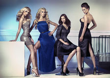 Modebild von vier attraktiven weiblichen Modellen stockbild